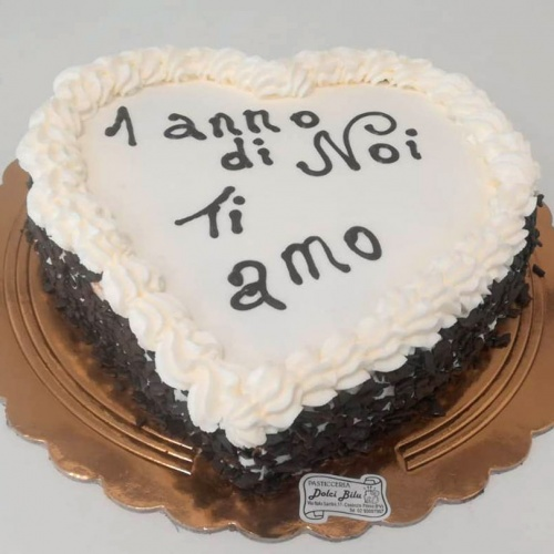 torta a forma di cuore con crema al cioccolato e panna